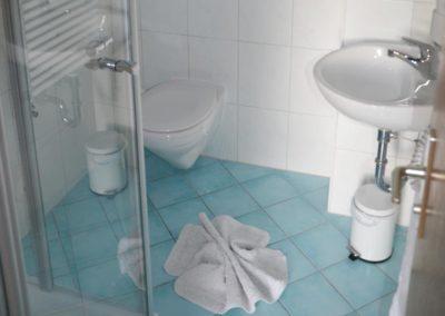 Badezimmer mit Dusche, Pension Heim